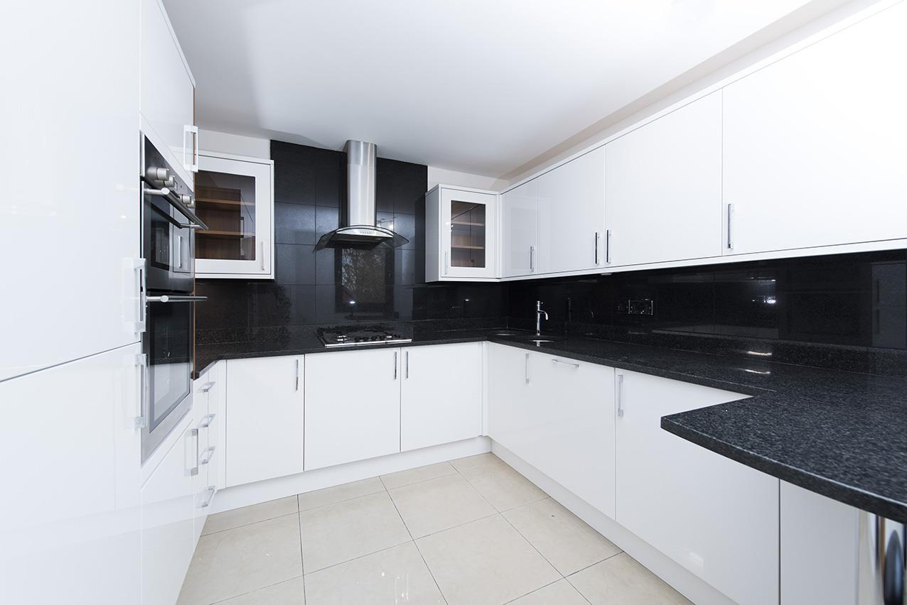 3 Bedrooms Flat for sale in Britten Close, NW11